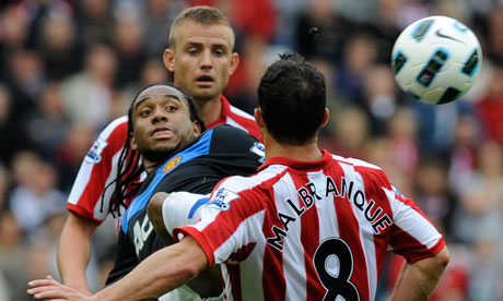 Anderson battles away in the 0-0 draw with Sunderland