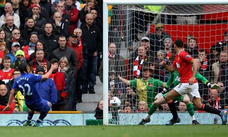 Pienaar scores an equalizer against Manchester United