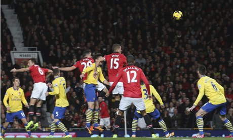 Manchester United 1-0 Arsenal: van Persie header closes gap