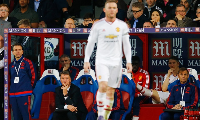 Louis van Gaal looks on as Wayne Rooney fails to find the back of the net